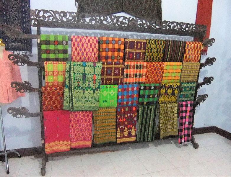 File:Tenun Ikat Lombok 3.JPG