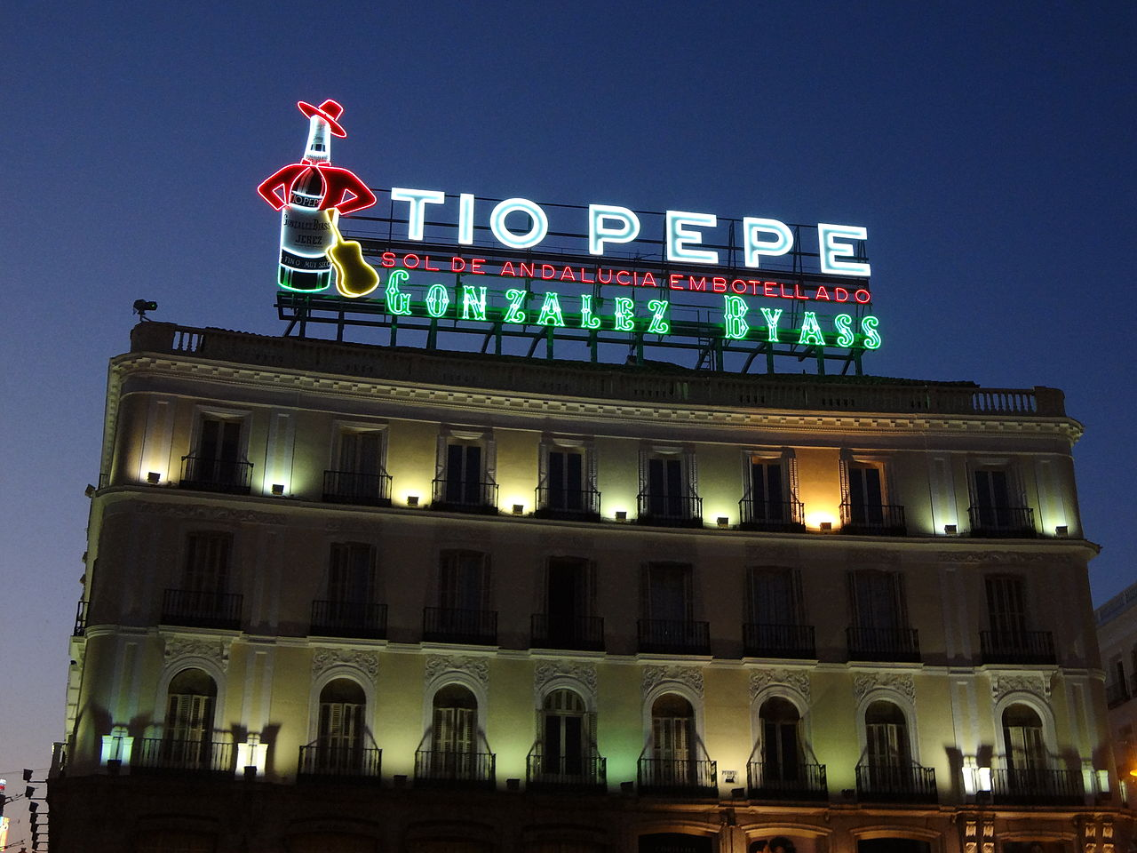 File tio pepe neon advertisment at puerta del sol in for Tio pepe madrid puerta del sol