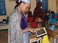 Une enseignante dans une classe numérique au Niger.jpg