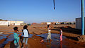 Urarekin jolasean - Jugando con el agua - Saharauiak.jpg