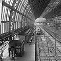 Vakantie begonnen, mensen met koffer op Centraal Station te Amsterdam, Bestanddeelnr 916-6500.jpg
