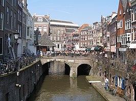 Gezicht vanaf de Maartensbrug met o.a. de Vismarkt, Kalisbrug en in de achtergrond het Utrechtse stadhuis.