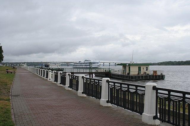 http://upload.wikimedia.org/wikipedia/commons/thumb/c/cc/Volga-docks-kostroma.jpg/640px-Volga-docks-kostroma.jpg?uselang=ru