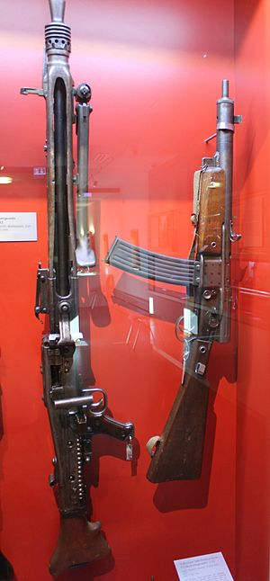 Volkssturmgewehr - The Gustloff Volkssturmgewehr (right), shown here next to a MG 42(left)