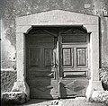 Vrata s kolono pri Jernejevih, Lozice 1958.jpg
