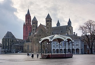 Vrijthof - Vrijthof with St John's (red tower), St Servatius and the Main Guard Building. In the centre the bandstand