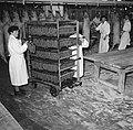 Vrouw bij een kar met worsten bij de slachtlijn van de vleeshallen in het deel w, Bestanddeelnr 252-9068.jpg