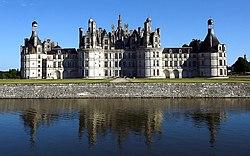 Vue général du Château de Chambord et reflet sur le canal..JPG