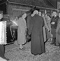 Watersnoodramp 1953. Koningin Juliana bezoekt Nieuw-Vossemeer, Bestanddeelnr 905-6094.jpg