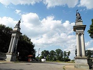 Highland Park (Pittsburgh) - Image: Welcome Sculptures Highland Park