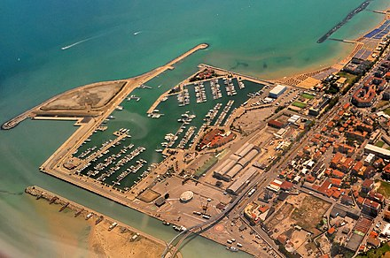 The marina at the mouth of the river Wikimania 2014 Flug Pescara-London by-RaBoe 023.jpg