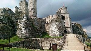 Ogrodzieniec Castle - view of ward