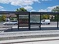 'Hódmezővásárhelyi Népkert vasútállomás' Straßenbahnhaltestelle, Sitzbänke, 2021 Hódmezővásárhely.jpg