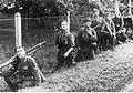 Żołnierze niemieccy obserwują radziecki samolot na froncie wschodnim (2-1116).jpg