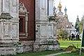 Здание колокольни на фоне Покровской надвратной церкви.jpg