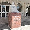 Памятник Коста расположен перед центральным входом.jpg
