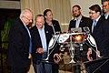 הנשיא ומוריס קאהן עם דגם החללית.jpg