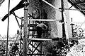 הפסל דגן שקלובסקי מפסל את הפסל מגן ביצים.jpg