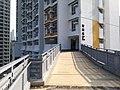 連接駿洋邨第5座至小巴站的行人通道.jpg