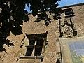 064 Castell de Púbol (Casa Museu Gala Dalí), finestral i escut del pati.jpg