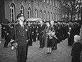100 jaar KIM Den Helder bezoekdag koningin Juliana. Inspectie van de erewacht in, Bestanddeelnr 906-7896.jpg