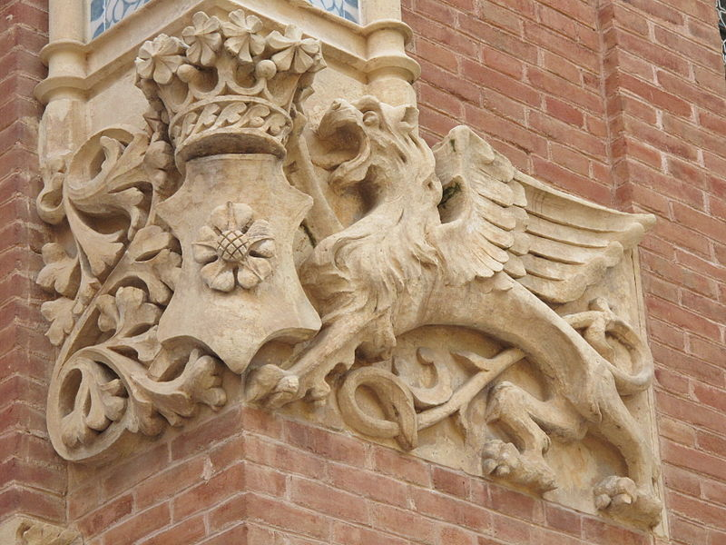 File:106 Institut Pere Mata, Pavelló dels Distingits, lleó alat.jpg