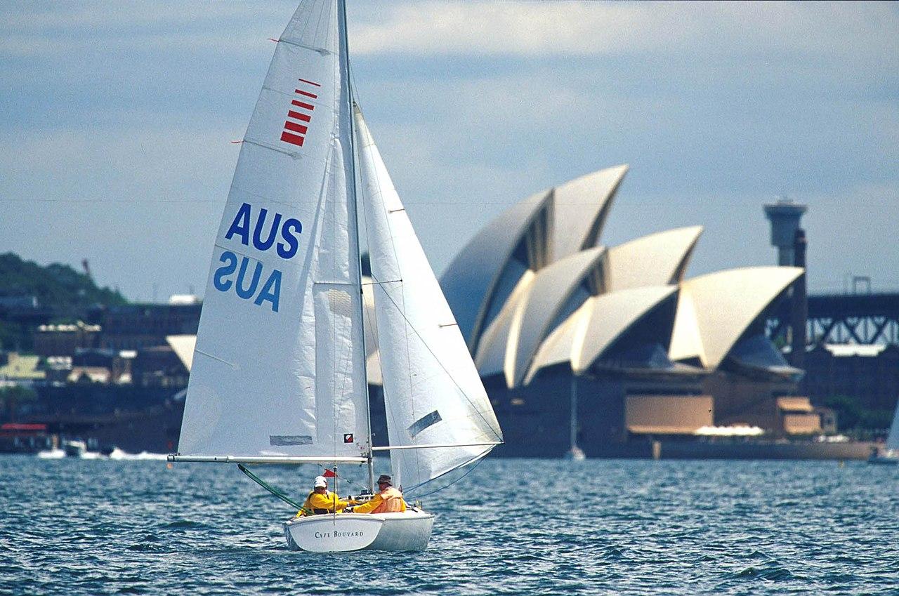 1280px-141100_-_Sailing_Australia_3_pers