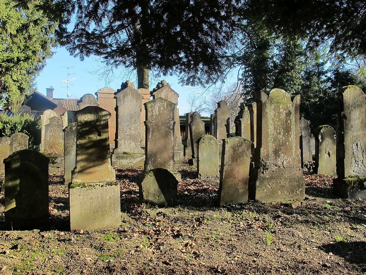 1785 und 1867 wird der Friedhof erweitert. - panoramio.jpg