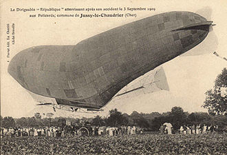 La République (airship) - The damaged République prepares to land at Jussy-le-Chaudrier on 3 September 1909, after its engine overheated.