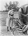 Actrice en fotomodel Cissy van Bennekom met benzineslang in de handen bij benzin, Bestanddeelnr 252-0487.jpg