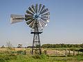 Amerikaanse windmotor in de Alde Feanen. Op de achtergrond de uitkijktoren.jpg