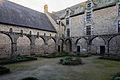 Angle nord-est du cloître de l'abbaye Saint-Magloire, Léhon, France.jpg