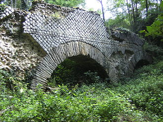 Aqueduct of the Gier - Arch of the aqueduct at Saint Maurice sur Dargoire showing opus reticulatum