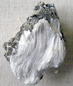 English: Asbestos (tremolite) silky fibres on ...