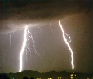 En blixtkanal kan vara mellan 2-20 cm i diameter.