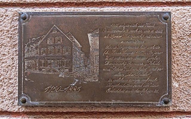 Мемориальная доска на фасаде дома в Баден-Бадене, где жили супруги Достоевские во время их пребывания в этом городе.