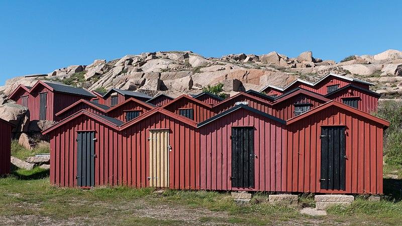 File:Beach huts at Stångehuvud 4.jpg