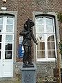 Binche.- Statue d'Arlequin dans la cour du musée du Carnaval et du Masque.JPG
