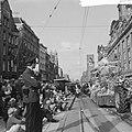 Bloemencorso 1963 Een der praalwagens op het Damrak, Bestanddeelnr 915-5046.jpg
