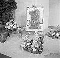 Bloemstukken in manden en het logo van sigarenmerk Karel I op een schildersezel , Bestanddeelnr 255-8486.jpg