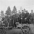 Boeren en toeschouwers op een open wagen, Bestanddeelnr 900-8507.jpg