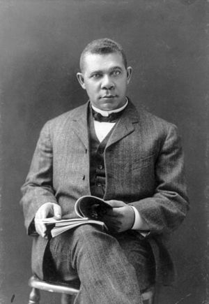 English: Booker T. Washington in 1903. Deutsch...