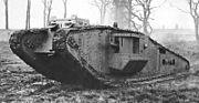 Tanc britànic Mark IV Tadpole. El seu sobrenom, Capgròs, li ve de la seva forma allargada dissenyada per a poder travessar les fosses.