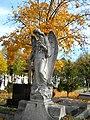 Bucuresti, Romania. Cimitirul Bellu Catolic. Ingerul incununat cu frunze aurite. Noiembrie 2017.jpg