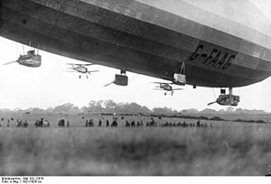 R33-class airship - The pair of Gloster Grebes under the airship before the test, 26 October 1926