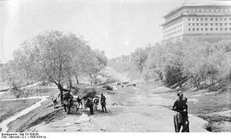Beijing Ming City Wall Ruins Park - Image: Bundesarchiv Bild 137 009038, Vor den Mauern Pekings