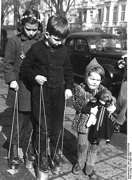 File:Bundesarchiv Bild 183-1985-0219-500, Kinder beim Stelzenlaufen auf Konservenbüchsen.jpg