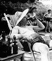 Bundesarchiv Bild 183-B0804-0003-002, Berlin, beim Sonnenbaden.jpg