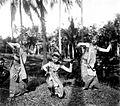 COLLECTIE TROPENMUSEUM Drie jonge Balinese danseressen in een sierlijke houding TMnr 10004697.jpg