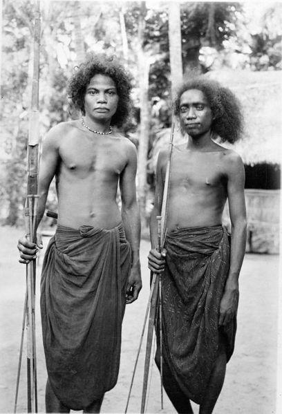 Dua pria di Pulau Palue (1919-1936) | COLLECTIE TROPENMUSEUM